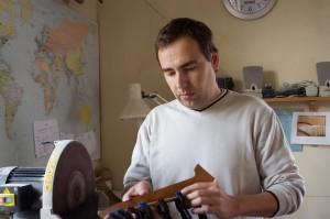 David Heger při výrobě Panových fléten